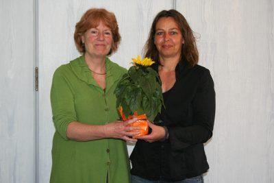 Monika Woizeschke-Brück bedankt sich bei Steffi Weinert